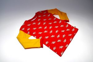 Oberteil langarm Stoff Oberteil: Jersey Autos rot Stoff Ärmel: Jersey uni gelb Bündchen: rot Verfügbar in 104; Einzelstück