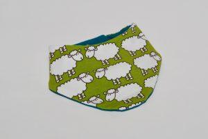 Halstuch Stoff Vorderseite: Jersey Schaffe weiß Stoff Rückseite: Jersey uni dunkelgrün Klettverschluss
